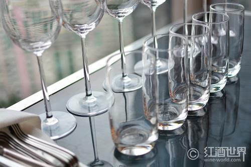 白葡萄酒杯与红葡萄酒杯究竟有哪些不同?