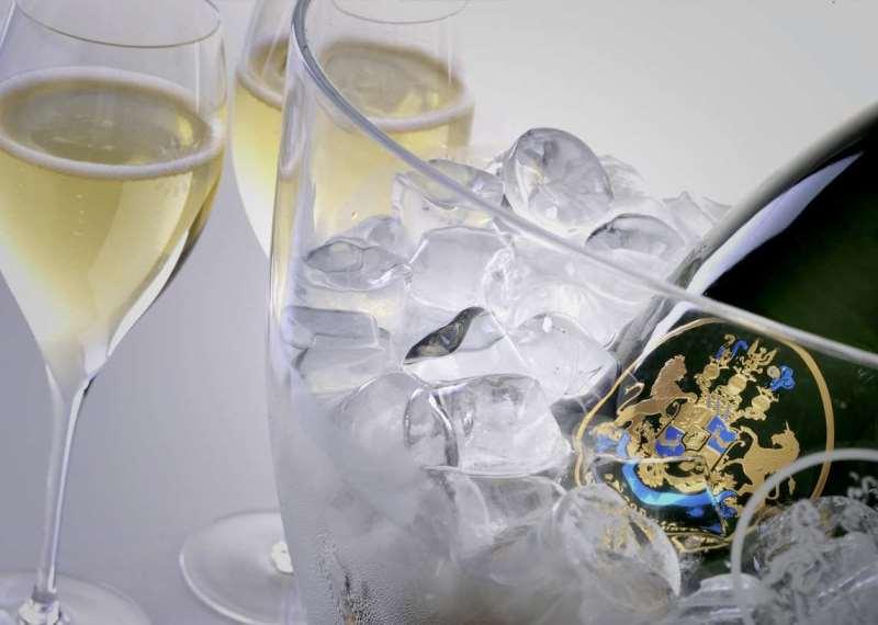 喝香槟,这种酒杯最好