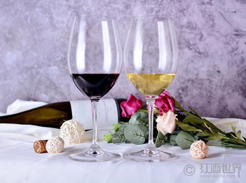 白葡萄酒杯與紅葡萄酒杯的關鍵差別,并不在尺寸
