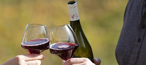 厉害了,吸烟前来杯葡萄酒可减少血管损伤