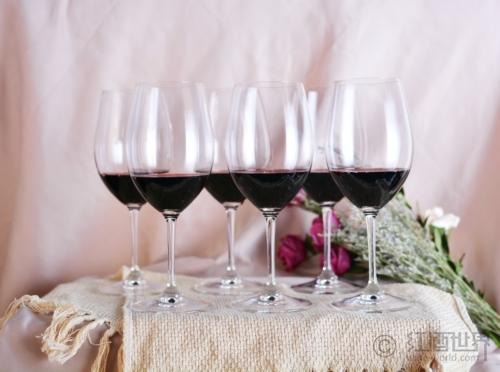 """葡萄酒""""恋上""""酒杯"""