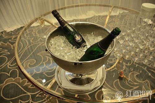 香槟与马卡龙的甜蜜邂逅