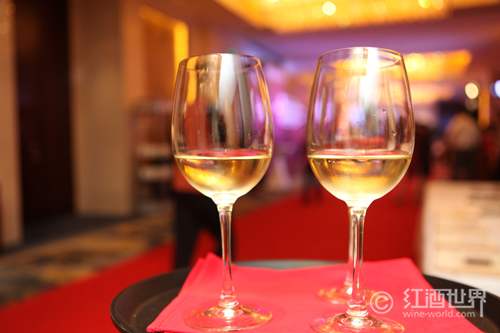 """葡萄酒杯为何生条""""细长腿""""?"""