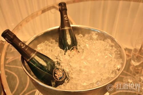 派对宠儿:拿出喝香槟的专业范儿