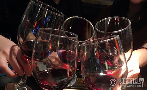 喝红酒时,口腔中为什么会有涩的感觉?
